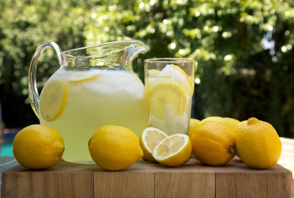 lemonade-pitcher-with-lemons-2